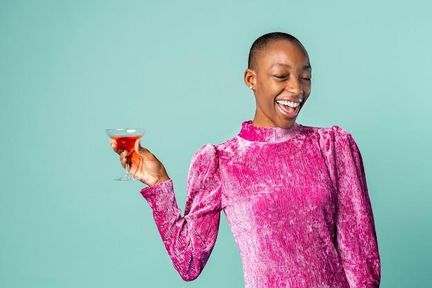 Zwarte vrouw met een drankje