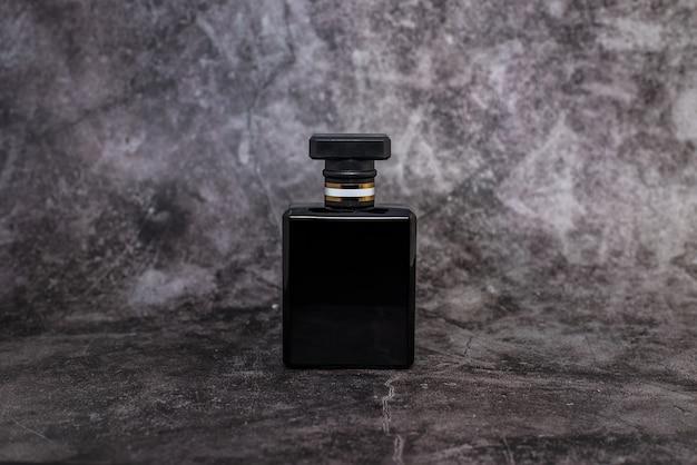 Zwarte vrouw parfum op donkere achtergrond