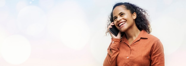 Zwarte vrouw praten aan de telefoon