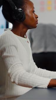 Zwarte vrouw video-editor die nieuwe projectfilmmontage bewerkt