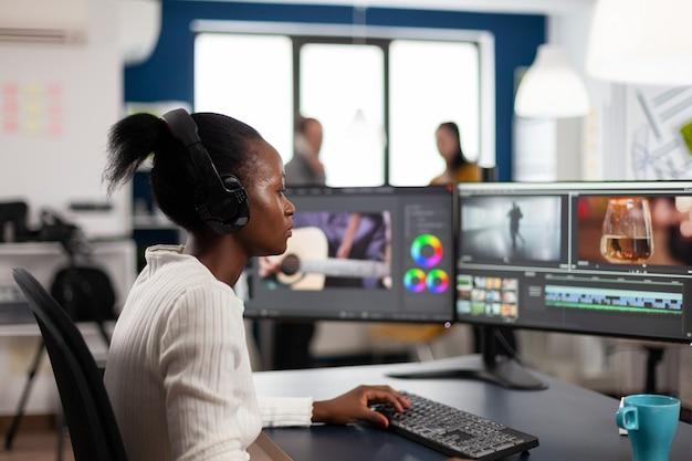 Zwarte vrouw video-editor ontwikkelt nieuwe filmmontage voor project