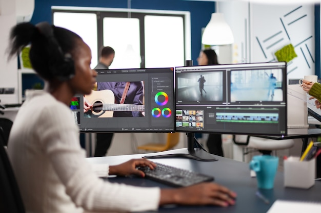 Zwarte vrouwenvideograaf die projectfilmmontage ontwikkelt