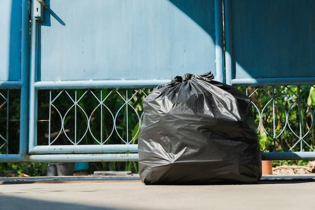 Zwarte vuilniszak voor het milieu in een huis