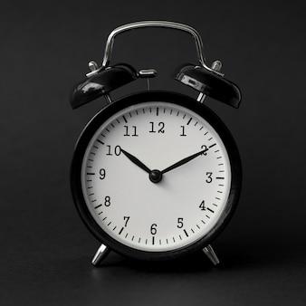 Zwarte wekker toont 10 uur vintage modern