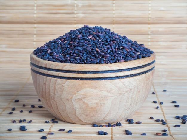 Zwarte wilde rijst in een houten kom.