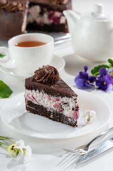 Zwarte woud, traditionele duitse taart met kersenlikeur en kersenbessen
