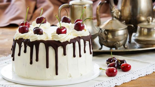 Zwarte woudcake, schwarzwalder kirschtorte, schwarzwald-taart, donkere chocolade en kersendessert