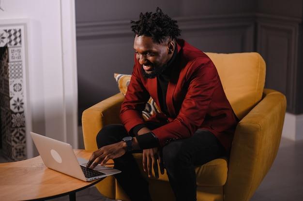 Zwarte zakenman die laptop gebruikt voor het analyseren van gegevensbeurs, forex trading grafiek trading