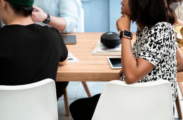 Zwarte zakenvrouw in een vergaderruimte