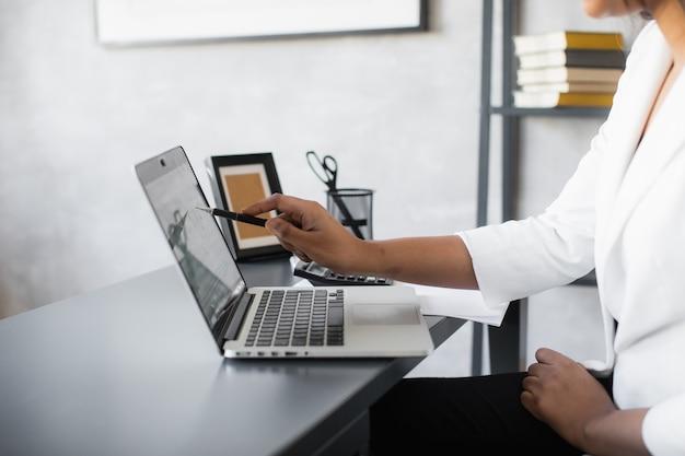 Zwarte zakenvrouw met behulp van laptop voor het analyseren van gegevens beurs forex trading grafiek beurs handel online financiële investeringen concept close-up
