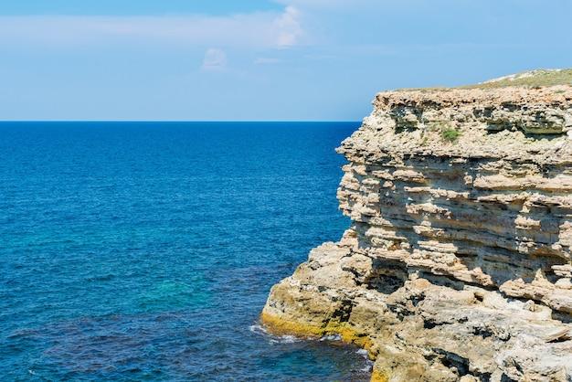 Zwarte zee en zandstenen rotsen uitzicht vanaf de top van de heuvels op de krim