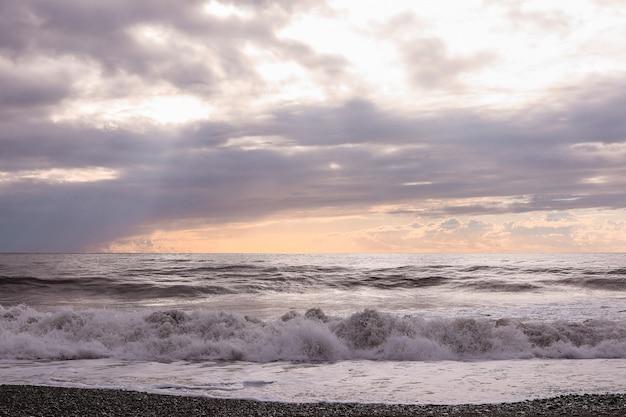 Zwarte zee golven en bewolkte hemel