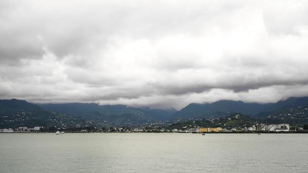 Zwarte zee met bewolkte lucht in de stad batumi - georgië in de zomer