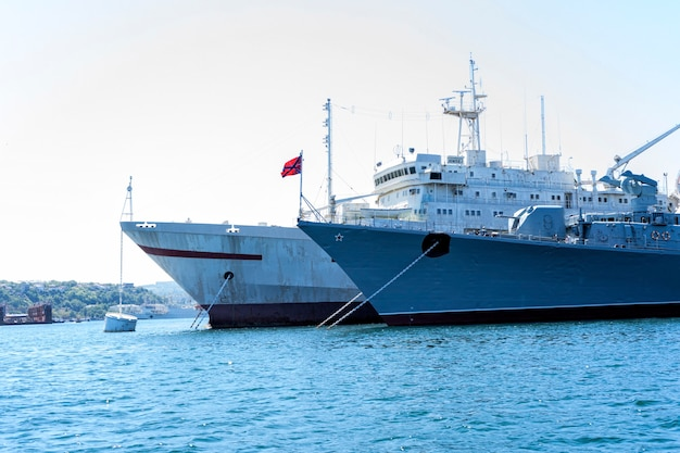 Zwarte zeevloot van de krim, rusland, hete zomergolven en blauwe lucht