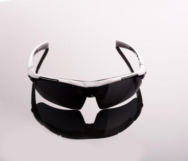 Zwarte zonnebril op grijs