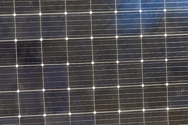 Zwarte zonnepanelen verlicht door zonlicht