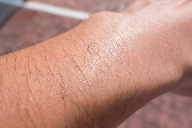 Zweet mannelijk arm haar huid porie warme dag zomerseizoen