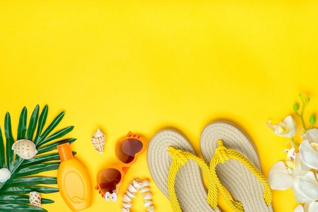 Zwemaccessoires - orchideebloemen, sunblock, hartvormige bril, flip-flop, palm, geïsoleerde schelpen. plat lag bovenaanzicht