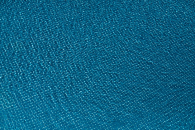 Zwembad betegelde vloer op blauwe achtergrond, hoogste mening