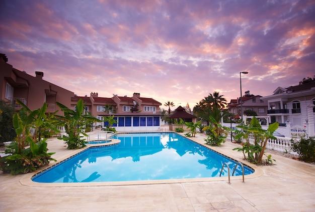 Zwembad bij de gebouwen van het luxe resorthotel