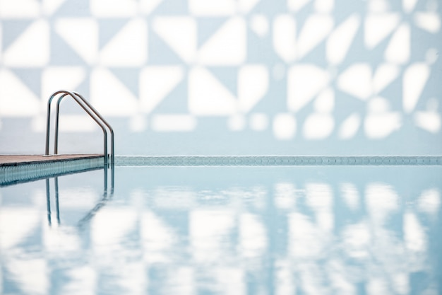 Zwembad en bord met vermelding van de diepte van het zwembad