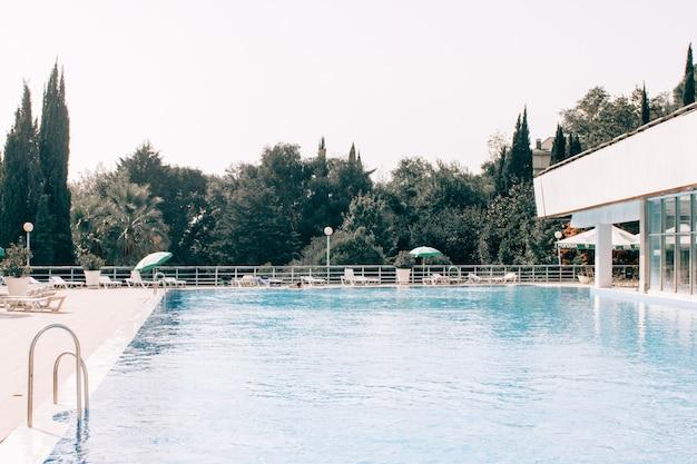 Zwembad en een huis