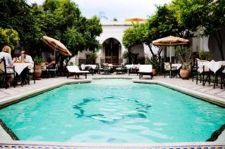 Zwembad en een restaurant