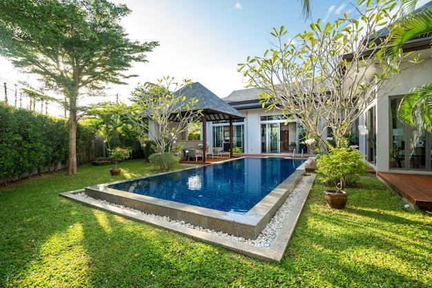 Zwembad en paviljoen met groene tuin