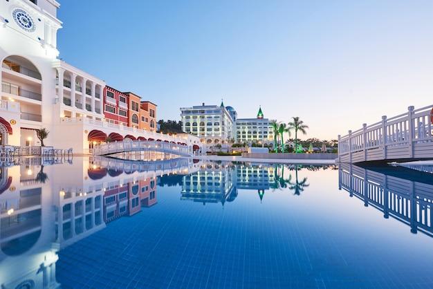 Zwembad en strand van luxehotel. typ entertainmentcomplex. amara dolce vita luxe hotel. toevlucht. tekirova-kemer. kalkoen