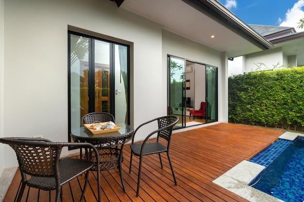 Zwembad en terrassen in de tuin van luxe huis