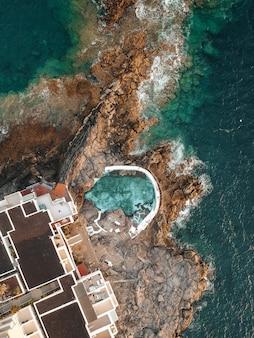 Zwembad in de buurt van de zee in het zicht van drone