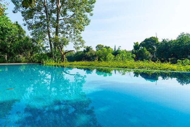 Zwembad in de tuin met uitzicht op de rivier