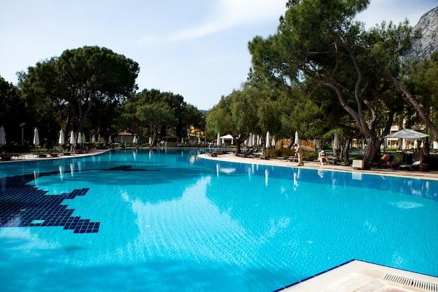 Zwembad in de zomervakantie van het hotel in de ontspanningszone van hete tropische landen