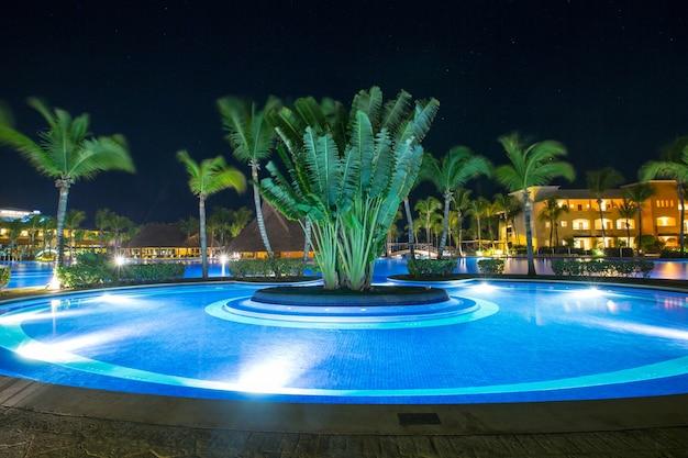 Zwembad in een luxe caribisch, tropisch resort 's nachts
