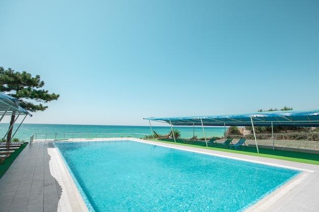 Zwembad in het toeristengebied met een zitgedeelte