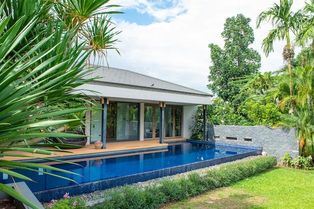 Zwembad in modern huis en uitzicht op de bergen