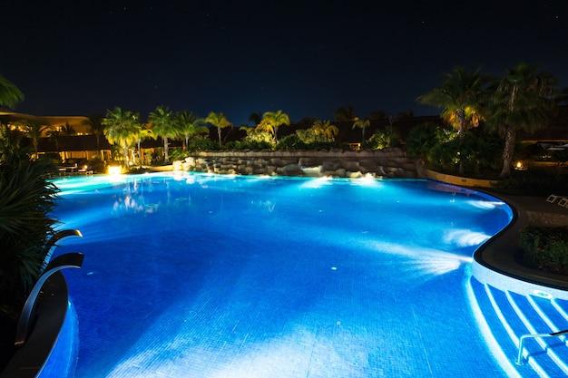 Zwembad in nachtverlichting