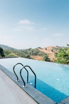 Zwembad met berg