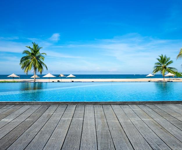 Zwembad met hotel.