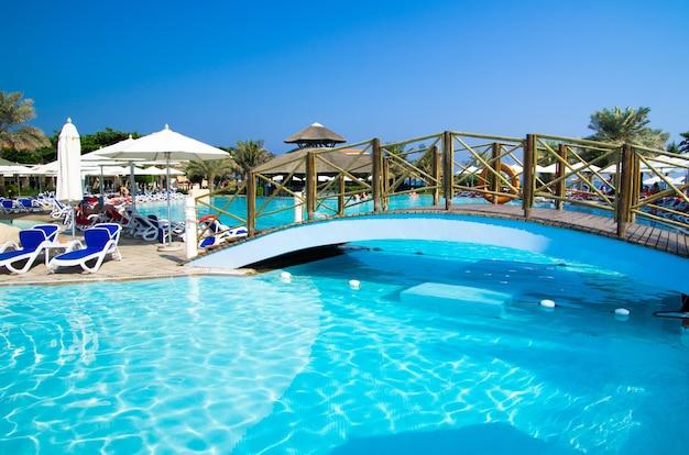 Zwembad met kokospalm en parasol