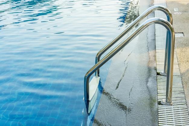 Zwembad met leuningen of ladder bij hotel