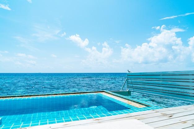 Zwembad met oceaan en zee in de maldiven