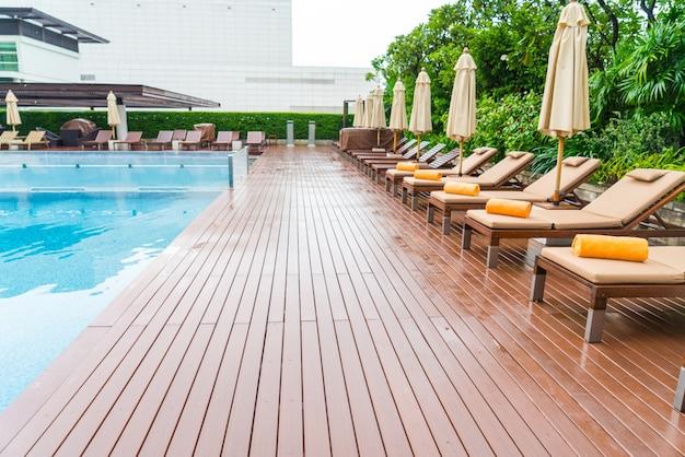 Zwembad met ontspannende zitplaatsen.