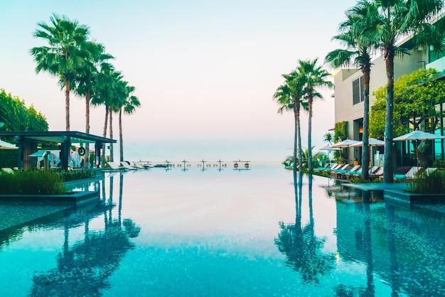 Zwembad met palmbomen op de zijkanten