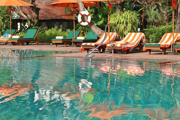 Zwembad met stoel