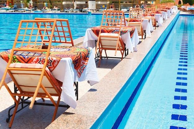 Zwembad met tafels