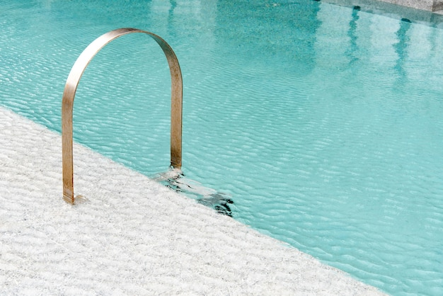 Zwembad met trap bij hotel