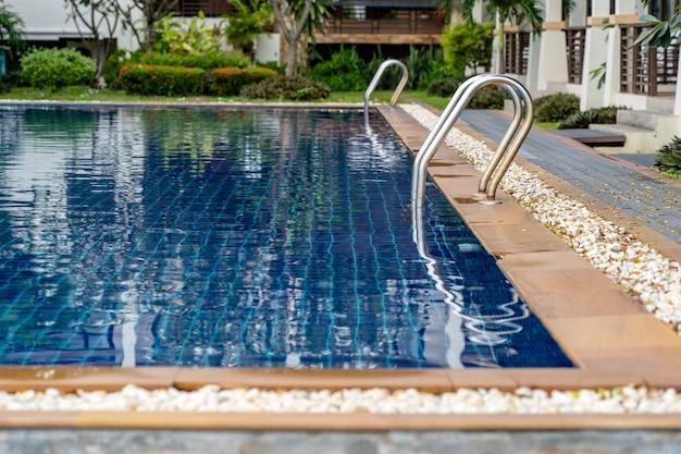 Zwembad met trap en blauw water in het hotel, close-up. thailand