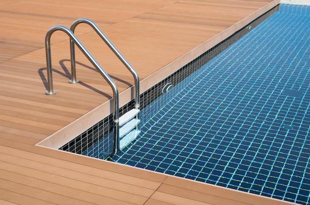 Zwembad met trap en waterbad bij hotel
