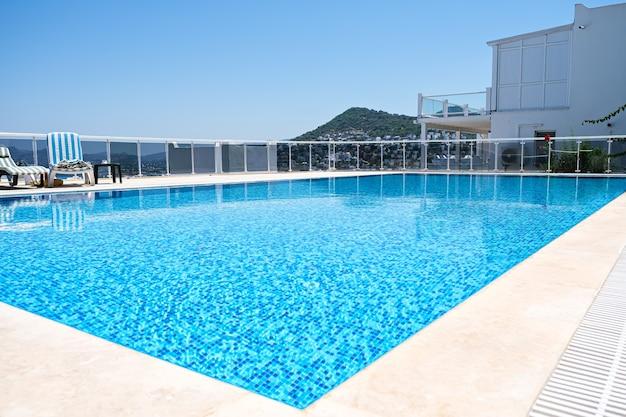 Zwembad met turkoois water